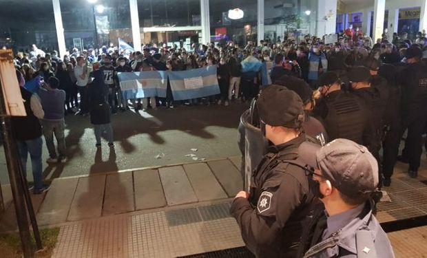Video: una movilización de vecinos terminó echando a los interventores