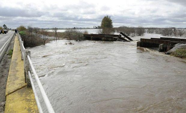 El arroyo Saladillo en la zona sur de Rosario a punto de desbordar, por lo cual defensa civil asiste a la gente que vive en la orilla. Foto: LA NACION