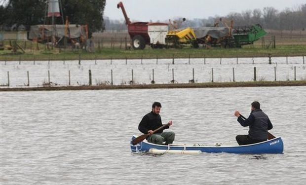 En O'Higgins, Chacabuco, Leandro e Ignacio Daffunchio entran en canoa al campo. Foto: Santiago Hafford
