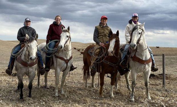 Shaylee Jones es una ranchera de quinta generación en la operación comercial de terneros de vaca de su familia, los Nebraska Sandhills.