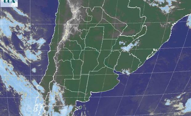 La foto satelital continúa mostrando el predominio de cielos despejados en gran parte de la región pampeana, sin tener en cuenta las zonas que presentan escasa visibilidad por nieblas.