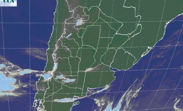 La foto del satélite presenta cielos despejados a mayor escala que lo que se observaba ayer a esta hora.