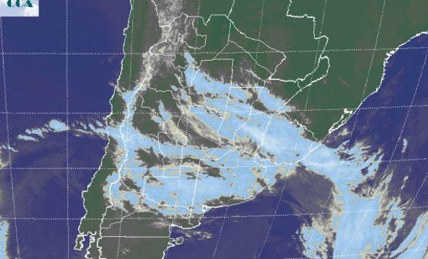 En el recorte de imagen satelital, se hace gráfico el vasto despliegue de nubosidad. Las mismas no son demasiado desarrolladas.