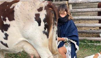 """Video: Calu Rivero ordeñó una vaca y le dijo """"te quiero"""""""