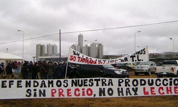 Manifestación de tamberos frente a una planta de productos lácteos.