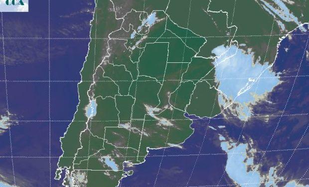 La foto satelital presenta el tránsito de algunas nubes que se desplazan hacia el este noreste en la región pampeana.