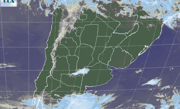 En la foto satelital se aprecia como los cielos despejados son dominantes en gran parte del sudeste de Sudamérica.