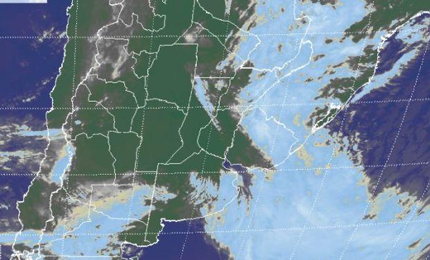 En la imagen satelital puede apreciarse el corrimiento de las coberturas nubosas hacia el este.