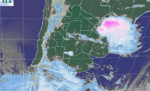 La foto satelital muestra las destacadas celdas de tormenta que cubren los departamentos paraguayos del sudeste y la provincia de Misiones.
