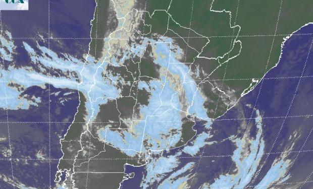 En la foto satelital se aprecia una disminución temporaria de las coberturas nubosas en áreas de SL y CB, como sobre el este de BA.