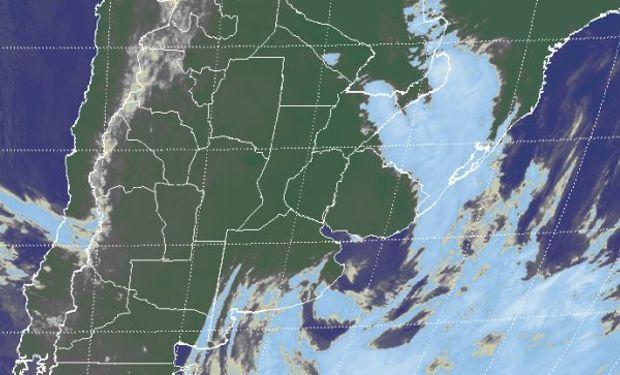 En el recorte de imagen satelital, se observa como la nubosidad remanente sobre el sur de Buenos Aires.