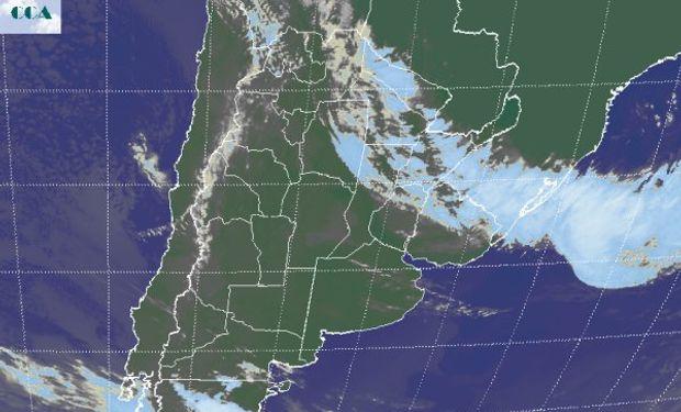 En la foto satelital, se aprecia la definición de la banda nubosa asociada a la posición del frente.