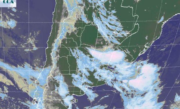 En la foto satelital, se aprecia la zona donde se concentra el mayor nivel de actividad, con máximos desarrollos nubosos en el oeste uruguayo y el centro este entrerriano.