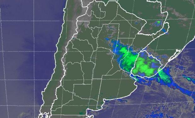 En el recorte de imagen satelital, se aprecia el corrimiento de la nubosidad hacia el este, cubriendo ya gran parte de Uruguay.