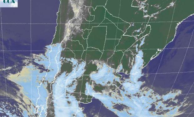 En la imagen satelital se ven las ondas de nubosidad que ingresan desde el oeste.