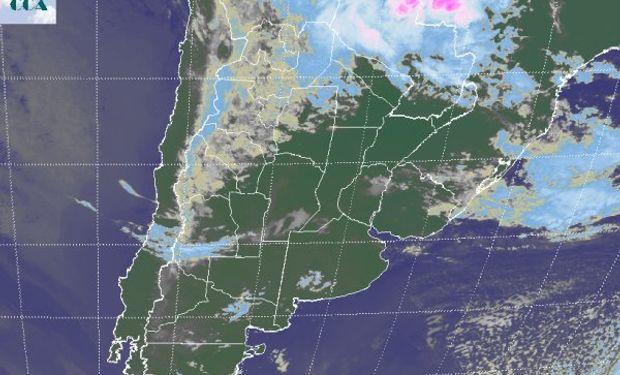 La imagen satelital presenta algunas nubes bajas dispersas en la región pampeana, pero con un comportamiento muy sectorizado.