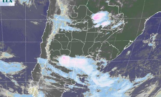 En el recorte de imagen satelital, puede apreciarse una extendida banda nubosa que se extiende desde el centro de SL hacia el sudeste de BA.