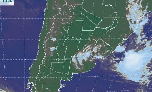 En la imagen satelital se observan nubes de escaso potencial pluvial sobre el norte de BA y la provincia de ER.