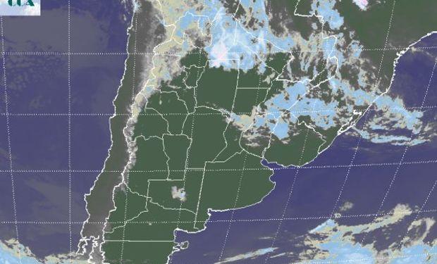 En la imagen satelital se aprecian residuos de nubosidad del paso del frente cálido del fin de semana que desde el NOA se movió hacia el sur de Brasil.