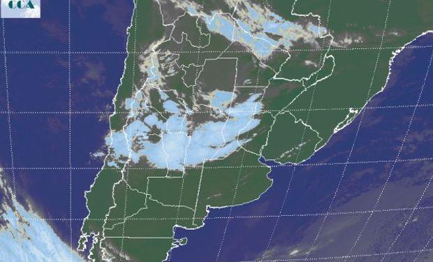 Puede apreciarse como un homogéneo campo de nubosidad se extiende desde la región puntana hacia el noreste de Santa Fe.