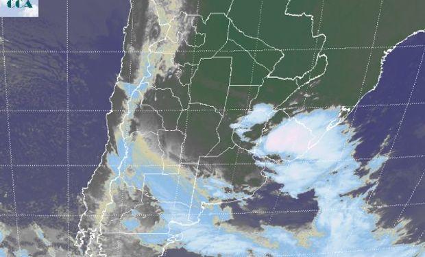 En el recorte de imagen satelital, se aprecian nubes de buen desarrollo pero con despliegue sectorizado sobre el sudoeste de Buenos Aires.