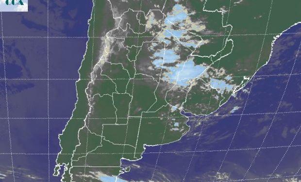 Gran parte del este y el norte del país con coberturas de nubes bajas, las cuales ganan algo de desarrollo sobre el NEA y el centro de la Mesopotamia.