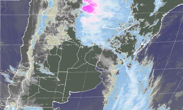 En el recorte de imagen satelital, pueden observarse celdas de tormenta de buen desarrollo sobre el oeste de Formosa y las vecindades de Paraguay.
