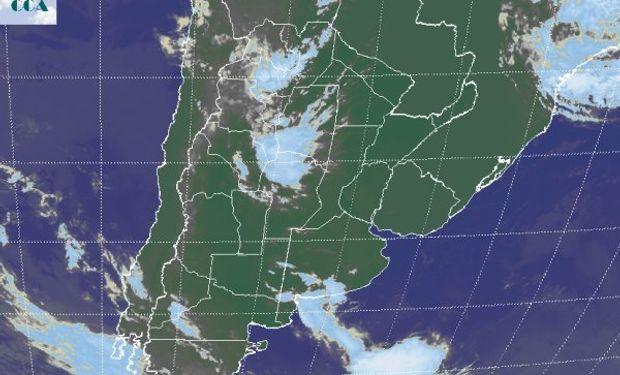 La foto satelital muestra coberturas nubosas de variado desarrollo que se despliegan desde el oeste del NOA hasta el norte de CB.