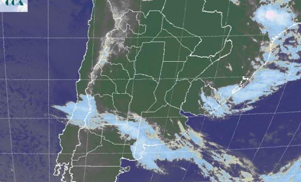 En la foto satelital se aprecia el avance de una zona frontal, con nubosidad que desde la cordillera mendocina se despliega hasta el sudoeste de BA.
