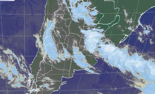 La foto satelital muestra el epicentro de la actividad en el centro sur de la Mesopotamia y también en el este de Uruguay.