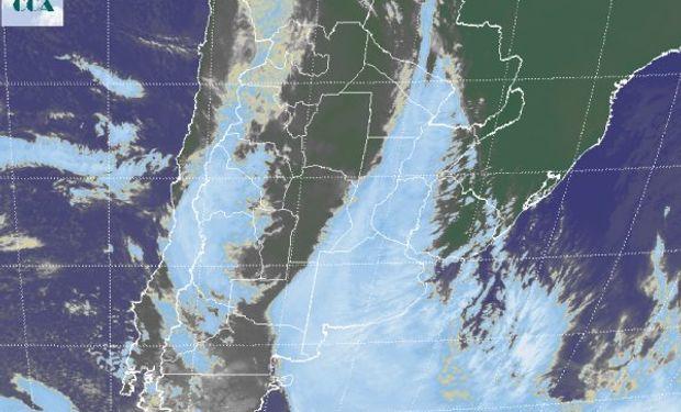 La foto satelital aún presenta una extendida banda nubosa que lentamente se ira alejando hacia el este.