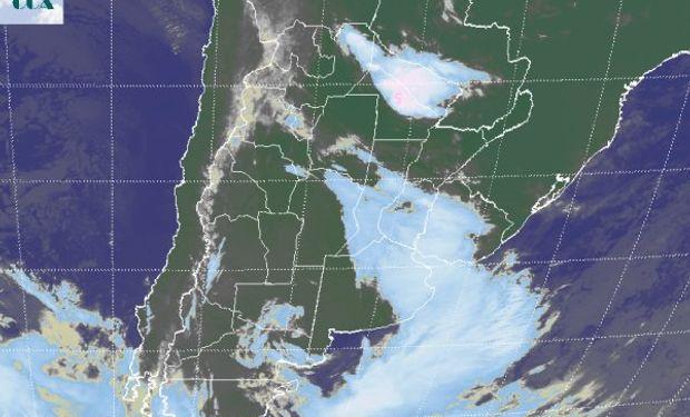 La foto satelital muestra como el frente se va desplazando hacia el este impulsado por la baja presión que se ubica frente a las costas del sur de BA.