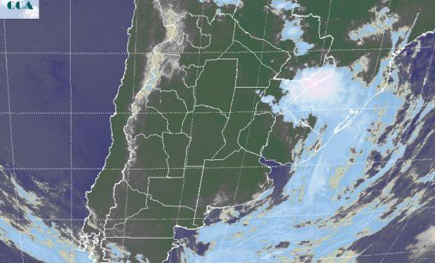 La foto satelital muestra el desplazamiento del brazo frontal hacia el este, con una rápida mejora sobre el oeste, presentándose una zona muy activa sobre el noreste de Corrientes y el sur de Misiones.
