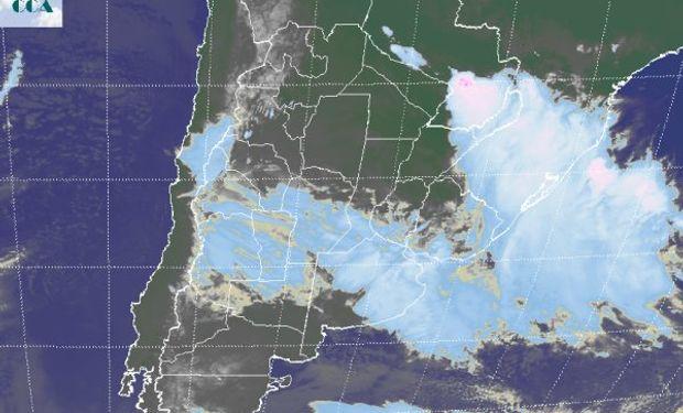 En la imagen satelital se observa la influencia de una zona de mal tiempo que comenzó a desplegarse desde el oeste y actualmente toma toda la región pampeana.
