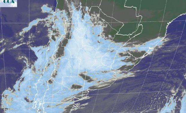La imagen satelital presenta un homogéneo campo de nubosidad que se despliega desde Tucumán hasta el sudoeste entrerriano.