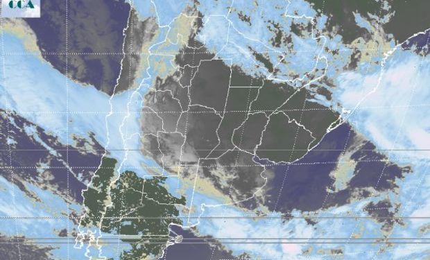 En la foto de satélite, sólo en la Patagonia aparecen zonas donde los cielos despejados son los que mandan.