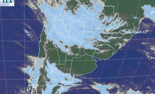 En el recorte de imagen satelital, se destaca la homogénea cobertura de nubes bajas que domina el norte del país.