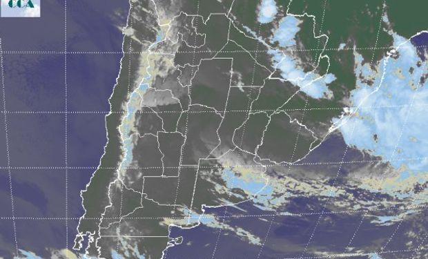 En el recorte de imagen satelital, apenas logra insinuarse el inicio del rompimiento de las coberturas nubosas sobre el sudoeste de la región pampeana.