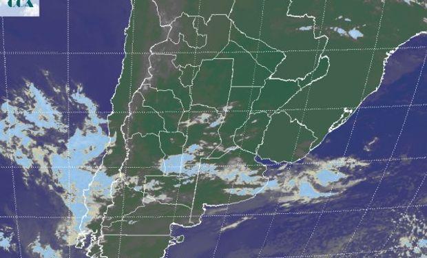 En el recorte de imagen satelital se destacan las nubes que transitan el centro del país.