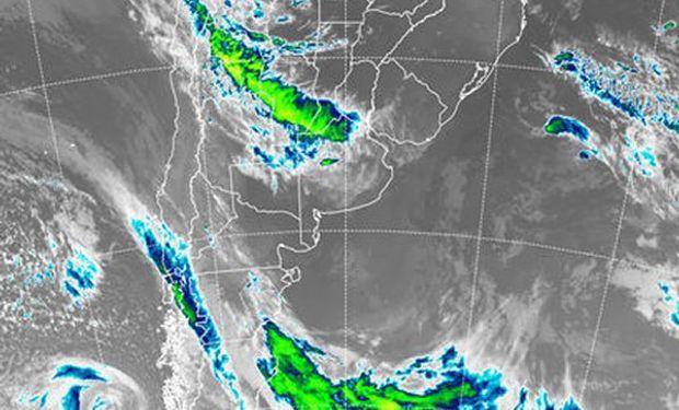 En el recorte de imagen satelital, se aprecia una extendida banda franja de nubosidad que se despliega desde el sur del NOA hasta el norte de Buenos Aires.