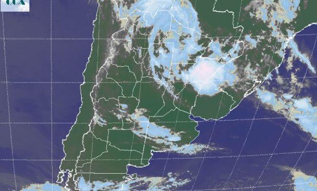 La foto satelital permite observar las tormentas que se ubican en territorio correntino.