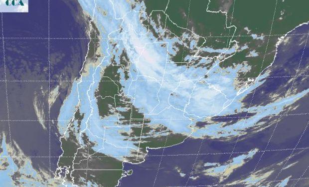 La foto satelital ayuda a dimensionar la vasta extensión de las coberturas nubosas.
