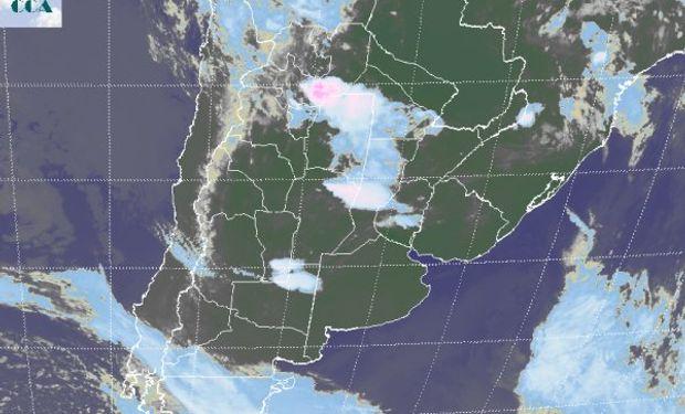 La foto satelital presenta algunas tormentas que desde el sur de Salta se proyectan hacia el NEA.