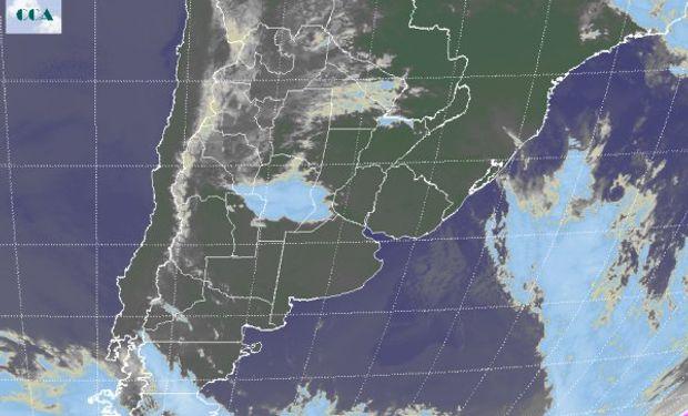 El recorte de la Imagen Satelital evidencia la posición del sistema de alta presión el cual confiere características de cielos despejados.