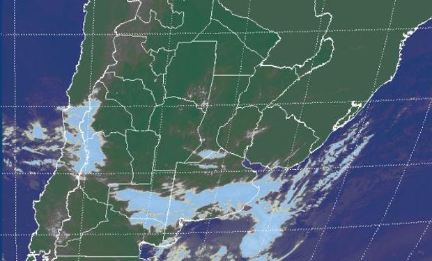 La foto satelital muestra la extendida banda nubosa que se despliega en el sur de la región pampeana.