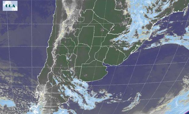 En el recorte de la Imagen Satelital puede observarse el vasto despliegue de cielos despejados en el centro y norte del país a la espera de otra jornada con intensa radiación solar.