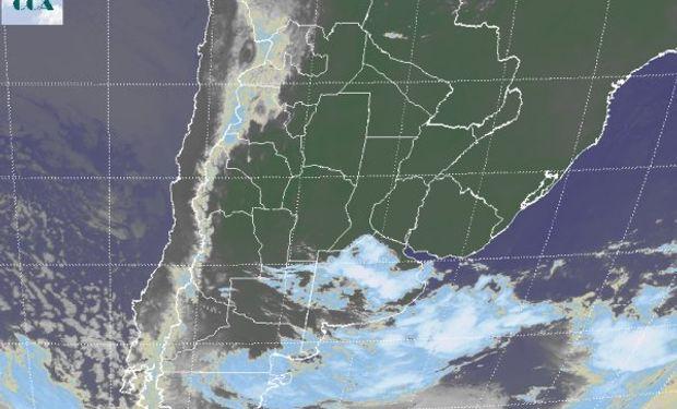 En la foto de satélite, se aprecia una línea de nubosidad de mayor desarrollo a lo largo de la cual se están generando algunas tormentas.