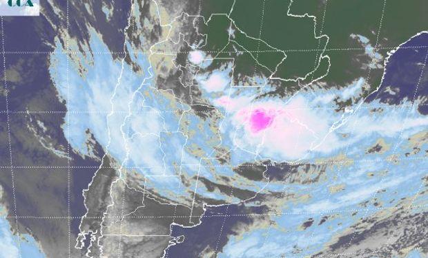 La foto satelital aún muestra el epicentro de la actividad meteorológica sobre el norte entrerriano, lo cual genera un panorama de máxima alerta.
