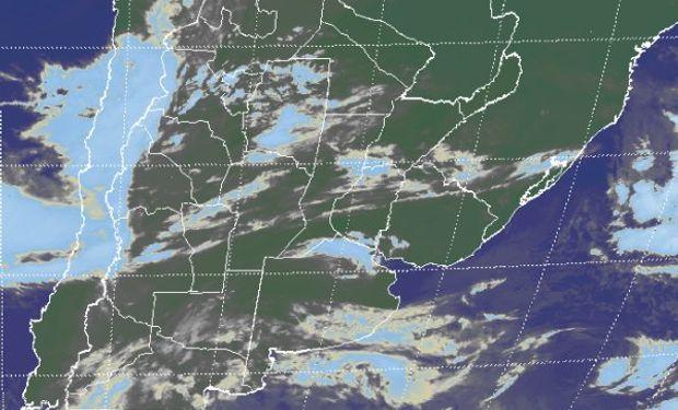 La foto satelital presenta con claridad el despliegue de nubes bajas que desde el norte de la Patagonia define una franja continua hasta el sudeste de BA.