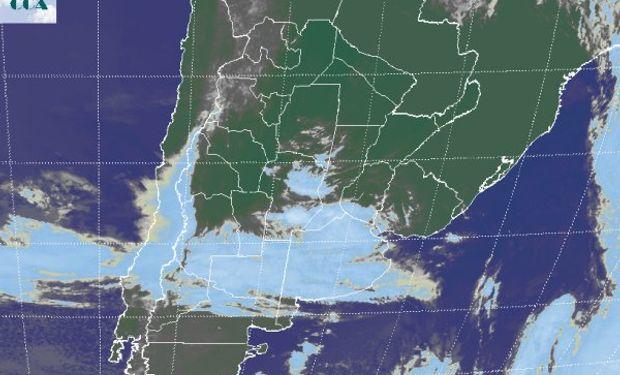 La foto satelital muestra vastas coberturas nubosas en las provincias de BA y LP, las cuales lentamente comienzan a tomar el sur de la zona núcleo.
